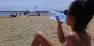 Hidratarse en la playa es fundamental