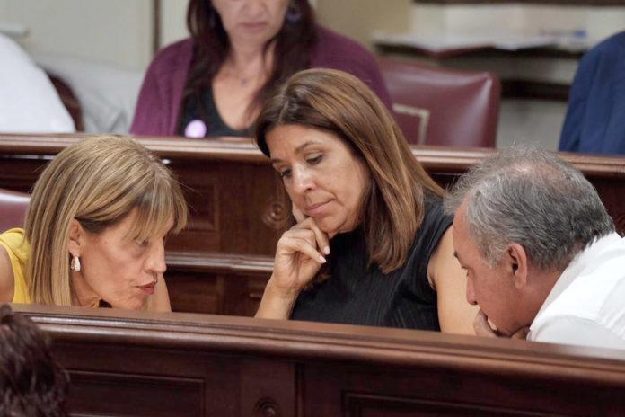 Las diputadas de Nueva Canaria (NC) Carmen Hernández y Esther González