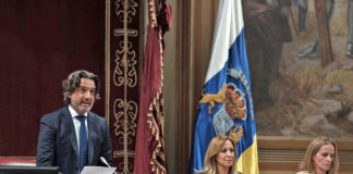 Gustavo Matos, presidente del Parlamento de Canarias, en el acto de lectura de la declaración.