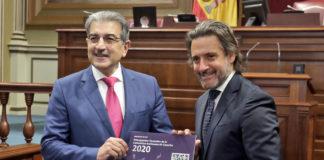 Gustavo Matos recibe el Proyecto de Ley de manos de Román Rodríguez. Cedida. NOTICIAS 8 ISLAS.