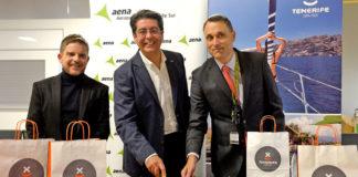 David Pérez, Pedro Martín y Gustavo Díez, en la llegada de Wizz Air a Tenerife Sur. Cedida. NOTICIAS 8 ISLAS.