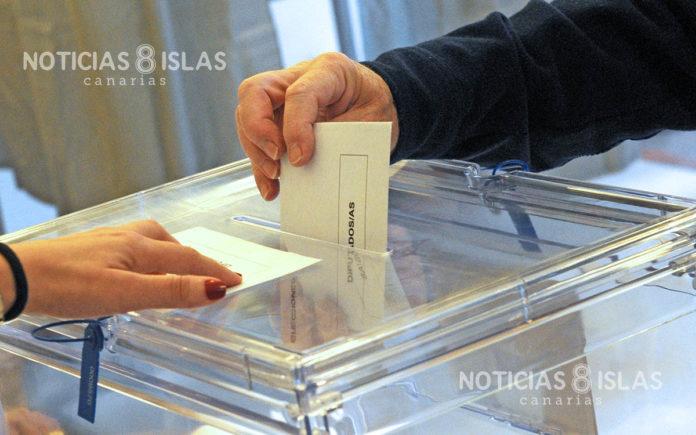 Ejerciendo el derecho al voto. Manuel Expósito. NOTICIAS 8 ISLAS.