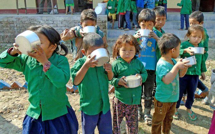 Detalle de niños tomándose el gofio con agua. Cedida. NOTICIAS 8 ISLAS.