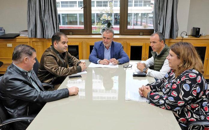 Un momento de la reunión entre miembros de la Federación Nacional de Salud y Ángel Víctor Torres. Cedida. NOTICIAS 8 ISLAS.