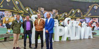 El presidente de la institución, Mariano H. Zapata, acompañado por el consejero de Turismo, Raúl Camacho, y por el alcalde de Santa Cruz de La Palma, Juanjo Cabrera, y el teniente de alcalde y responsable de estas fiestas, Tony Acosta. Cedida. NOTICIAS 8 ISLAS.