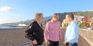 El alcalde Juanjo Cabrera y el concejal Tony Acosta en la playa. Cedida. NOTICIAS 8 ISLAS.