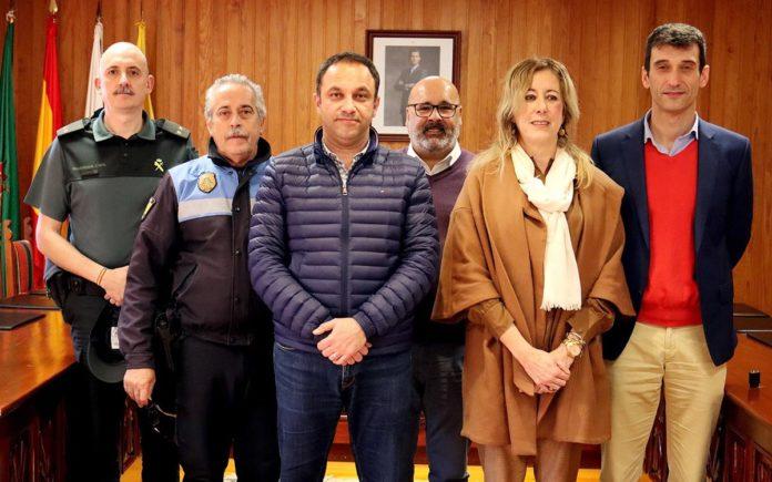 los firmantes del protocolo de colaboración policial en Moya. Cedida. NOTICIAS 8 ISLAS.