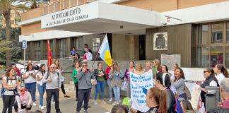 Trabajadores de las Escuelas Infantiles manifestándose en la puerta del Ayuntamiento. Cedida. NOTICIAS 8 ISLAS.