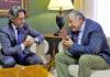 Gustavo Matos con el presidente de la Autoridad Portuaria de Santa Cruz de Tenerife, Carlos Enrique González. Cedida. NOTICIAS 8 ISLAS.