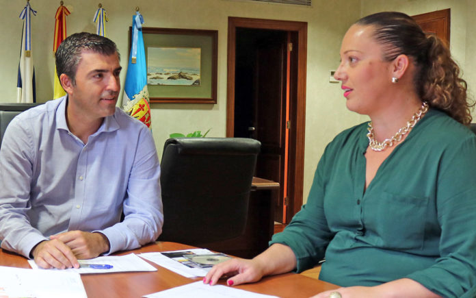 El alcalde Manuel Domínguez y la concejala Olga Jorge. Cedida. NOTICIAS 8 ISLAS.