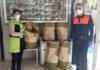 Recogida del pan en la empresa La Tartería./ Cedida.