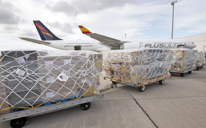 Llegada al aeropuerto de Gran Canaria del avión procedente de China. EFE/Quique Curbelo
