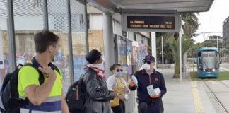 Reparto mascarillas entre usuarios del transporte público. Cedida. NOTICIAS 8 ISLAS.