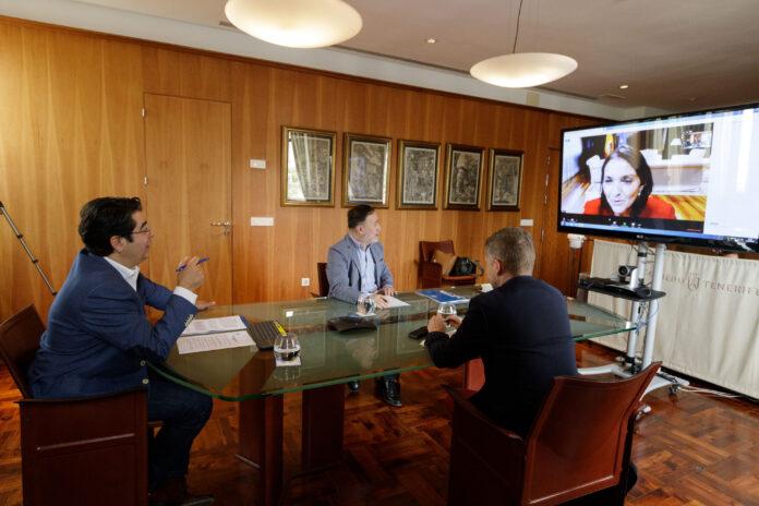 Un instante de la reunión con la ministra de Turismo./ Cedida.