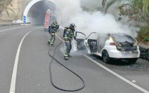 Incendio en un coche que circulaba por la TF-5. Bomberos de Tenerife.