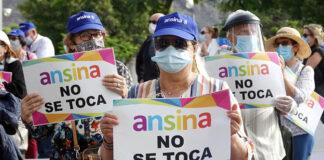 Trabajadores y usuarios de Ansina se manifiestan en las puertas del Cabildo. Trino Garriga. NOTICIAS 8 ISLAS.