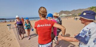 Actividad para mayores en la playa de Las Teresitas. Tony Cuadrado. NOTICIAS 8 ISLAS.