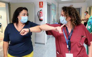 María Rosa saluda a una profesional sanitaria.
