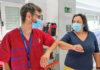 María Rosa, ingresada en el Hospital de La Candelaria, conoce a David, su enfermero durante su ingreso en la UCI./ Cedida.