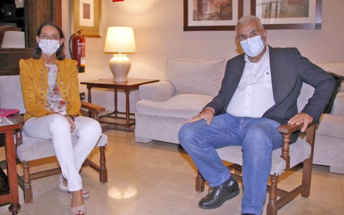 La ministra Reyes Maroto y el alcalde José Miguel Rodríguez Fraga./ Cedida.