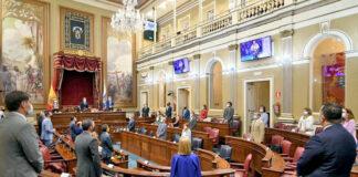 Los parlamentarios rinden un minuto de silencio en honor de Cristóbal García./ Cedida.