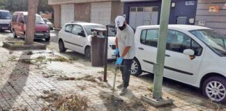 Un vecino limpiando la vía pública./ Cedida.