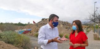 Águeda Fumero y Manuel Domínguez en la visita al solar./ Cedida.
