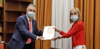 El presidente Ángel Victor Torres y María Australia Navarro portavoz del PP en el Parlamento Canario./ Cedida.