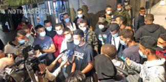 Migrantes en el Puerto de Santa Cruz realizando declaraciones a los medios, noviembre 2020.