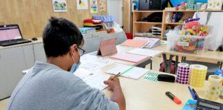 Un niño realiza su tarea en el Aula Escolar del HUC.