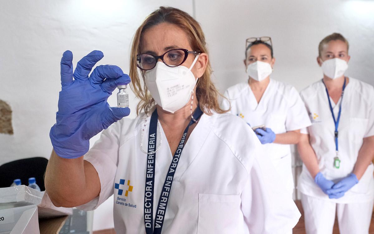 Canarias inicia la vacunación contra la COVID-19 en los centros sociosanitarios de siete islas