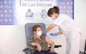 La tinerfeña Doria Anatolia Ramos González, de 84 años de edad, ha sido la primera persona en recibir la vacuna contra la COVID-19 en Canarias./ Cedida.