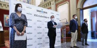 Un momento de la rueda de prensa ofrecida por el alcalde de Santa Cruz./ Trino Garriga.