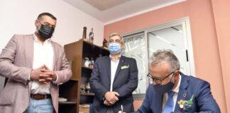 El presidente Torres en su visita de hoy a la Casa de Galicia./ Cedida.