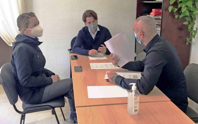 Reunión hoy de Carlos Alonso y Verónica Meseguer con Ancor Sánchez, epresentante de la plataforma de centros deportivos y gimnasios de Tenerife./ Cedida.