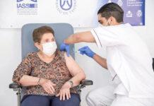 Doria Ramos recibe la segunda dosis en Tenerife./ Cedida.