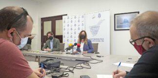 El portavoz el Cabildo, Carlos Alonso, y la diputada por Tenerife, Rosa Dávila, han comparecido hoy en rueda de prensa./ Cedida.