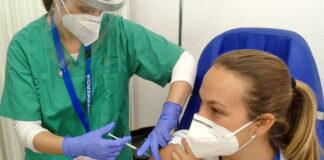 Vacunación de una profesional sanitaria./ Cedida.