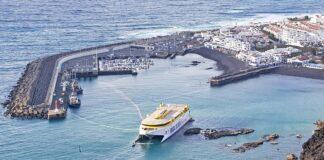 Catamarán Bentago Express encallado en el Puerto de Agaete./ Cedida.