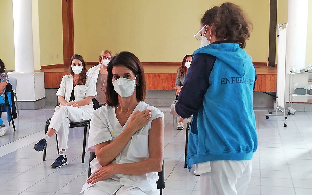 El PP advierte que la administración de la segunda dosis pueden ralentizar las nuevas vacunaciones