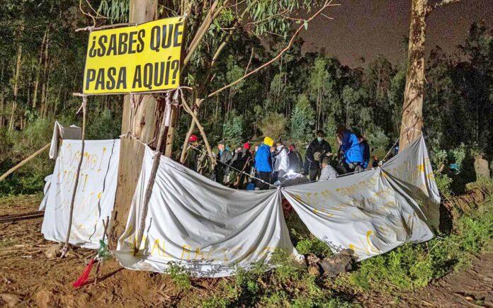 Migrantes acampados en los exteriores del Campamento de Las Raíces./ Cedida.