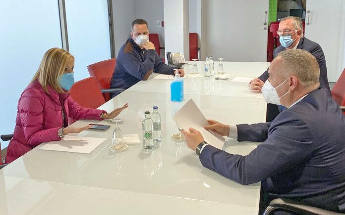 Un momento de la reunión mantenida esta mañana con los representantes de la Asociación de Clínicas y Centros de Hospitalización Privada de Las Palmas./ Cedida.