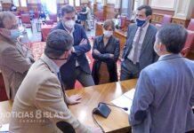 Instante de la reunión del acuerdo de suspensión del Pleno por parte de los portavoces y el alcalde./ Trino Garriga.