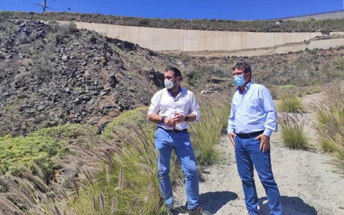 Manuel Fernández y Juan Carlos Martínez visitando uno de los taludes./ Cedida.
