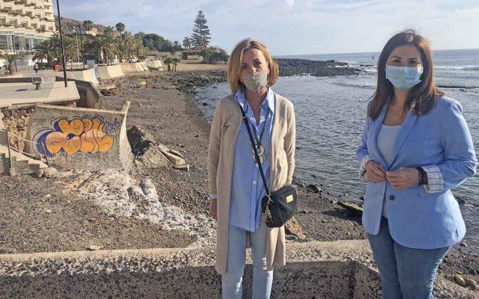 Ana Zurita y Águeda Fumero durante visita a la playa de Los Tarajales, en Los Cristianos./ Cedida.