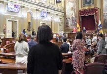 Minuto de silencio en memoria de Josefina, la mujer asesinada en Gran Canaria este lunes por violencia de género./ Cedida.