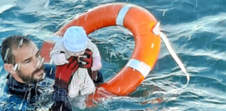 Guardias civiles del GEAS y la ARS salvan la vida de decenas de menores que llegaban a Ceuta por mar junto a sus familias./ Foto, Guardia Civil.