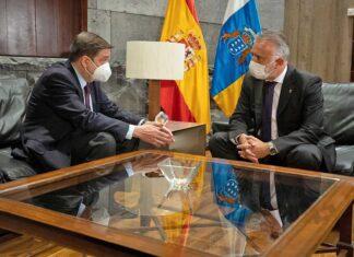 El presidente de Canarias, Ángel Víctor Torres, se reunió esta mañana con el ministro de Agricultura, Pesca y Alimentación, Luis Planas./ Cedida.
