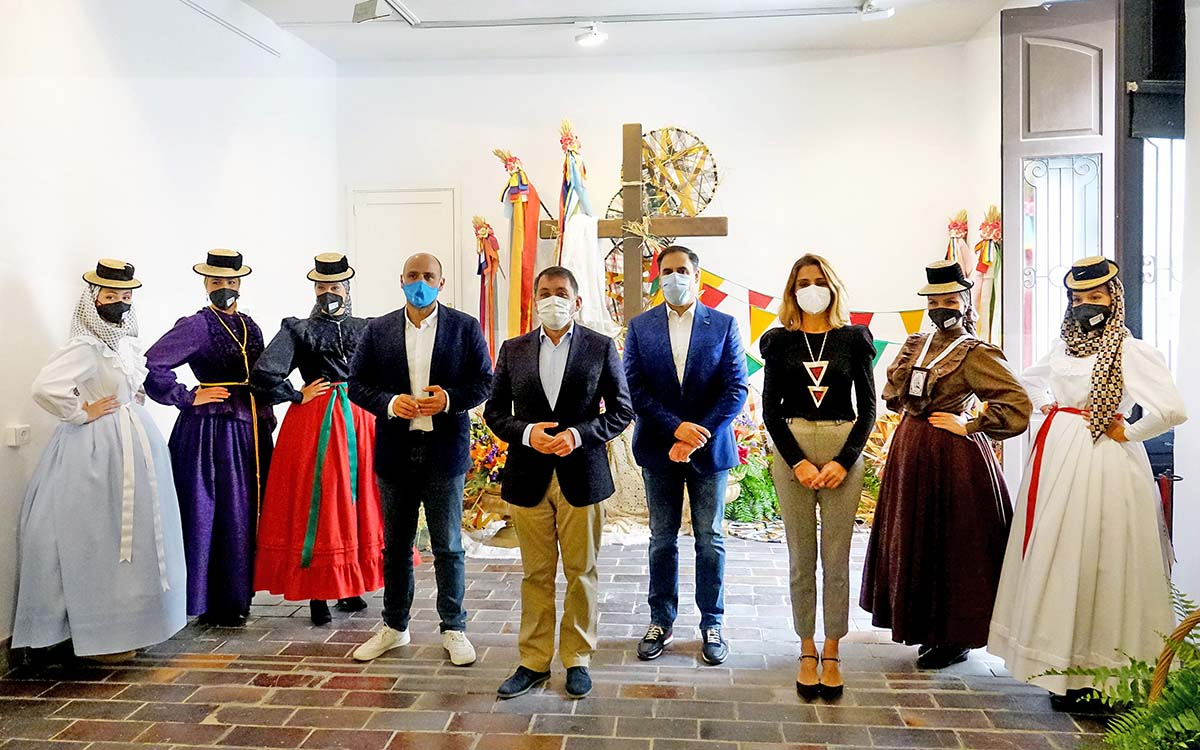 Santa Cruz homenajea a Ubaldo Hernández con una exposición de vestimenta canaria