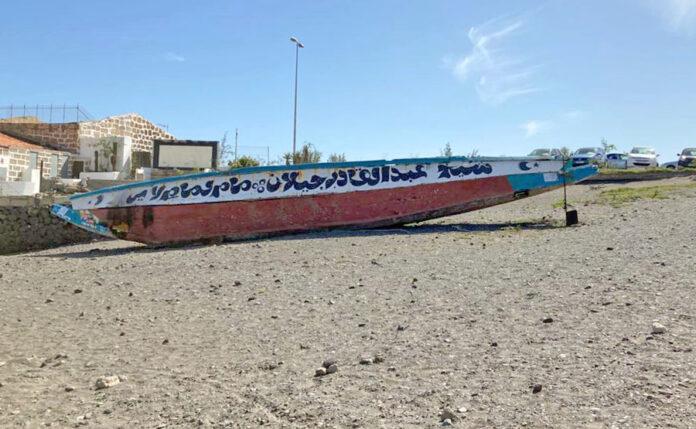 Cayuco abandonado en Las Galletas./ Cedida.